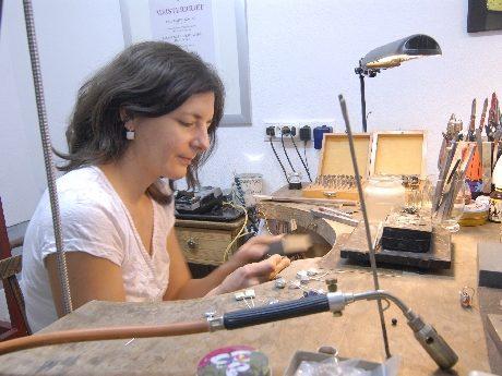 Katrin Köhler fertigt Emaille-Schmuck an